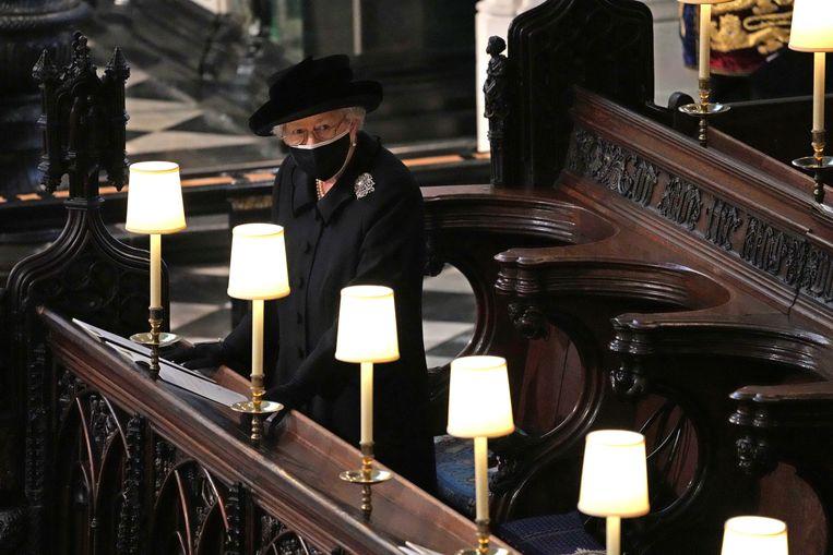 Koningin Elizabeth II neemt plaats in de St. George's Chapel, voor aanvang van de dienst. Beeld AP