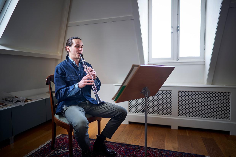 Jasper Grijpink, klarinettist bij het Residentie Orkest oefent op zijn zolderkamer thuis.