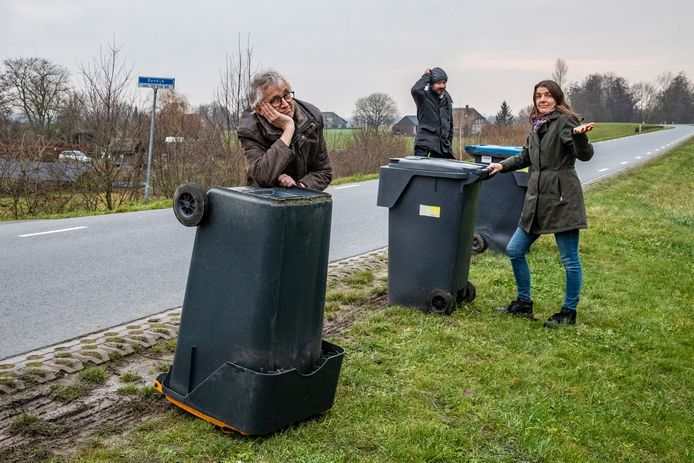Met het handvat naar de weg toe, juist van de weg af of misschien zelfs op z'n kop? Bewoners Luuk Miedema (links) bril op Joost van Hoof en Janneke Diels van de Bandijk in Terwolde wisten het ook even niet meer.