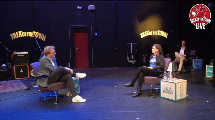 Een uitzending van Talk of the Town, met links in beeld presentator Tjerk van der Ende.