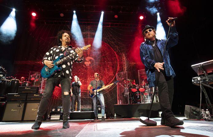 Steve Lukather (L) en Joseph Williams (R) van Toto