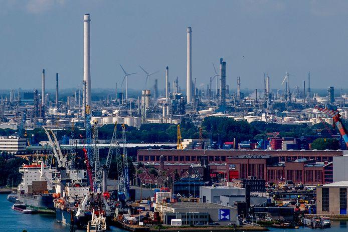 Zicht op een deel van de Rotterdamse haven, waar een aanzienlijk deel van de Nederlandse CO2-uitstoot wordt veroorzaakt.