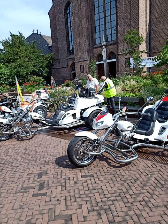 De motorrijders van Rijden voor geluk voor de Lambertusbasiliek.