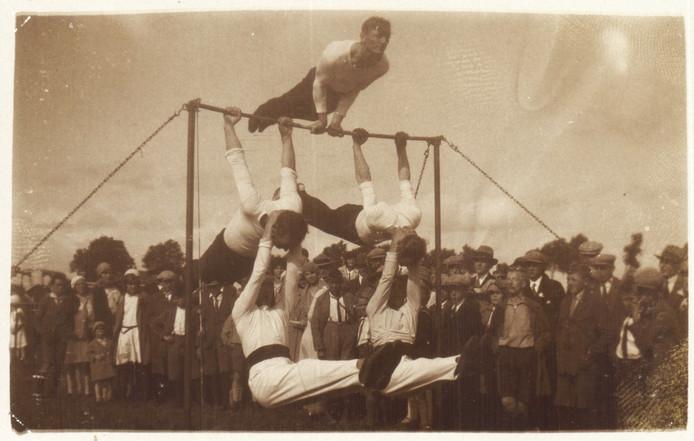 Een foto uit 1939 van de acrobatiekafdeling van gymnastiekvereniging OKK uit Hardinxveld-Giessendam. Die club bestaat al 100 jaar en viert dat met een foto-expositie en een reünie.