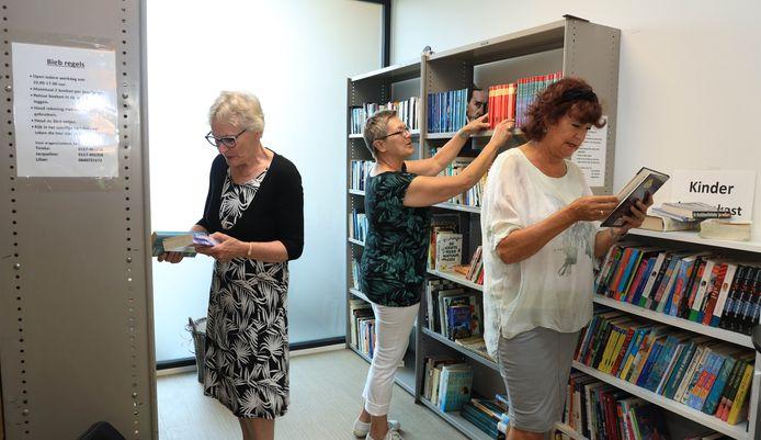 De beheerders van de mini bieb. Vlnr Ineke van tilburg ,Lillian de Wever  en Jacqueline Oosthoek.