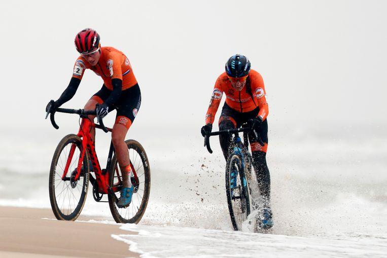 Annemarie Worst met Lucinda Brand in haar wiel. Beeld ANP
