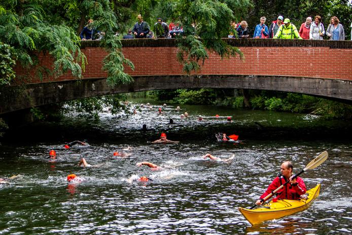 Zwemmers in de Berkel tijdens de Vrije Slag Door Zutphen.