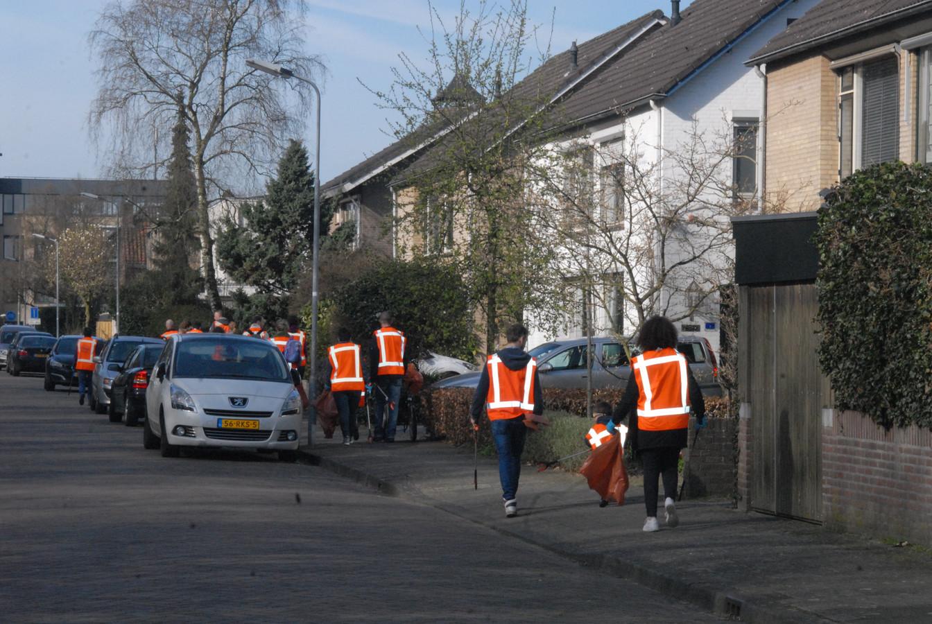 Op tal van plaatsen gingen oranje brigades, uitgerust met met prikker en vuilniszak, de wijk in