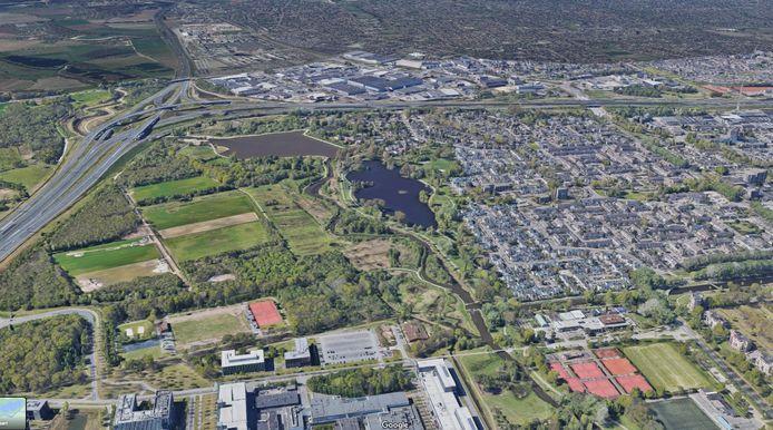 Luchtfoto uit Google Maps met de High Tech Campus (onder), de Dommel, recreatieplas Hanevoet en de Klotputten in Eindhoven, en op de achtergrond De Run in Veldhoven. De discussie over een snelfietspad gaat verder.