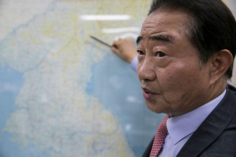 Lee Myung-woo in zijn kantoor bij de kaart van de twee Korea's.  Beeld Woohae Cho