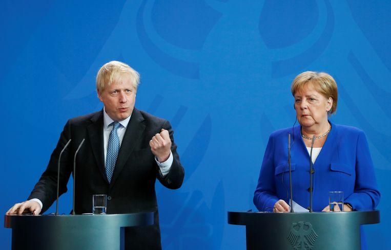 De Britse premier Boris Johnson en de Duitse bondskanselier Angela Merkel.  Beeld REUTERS