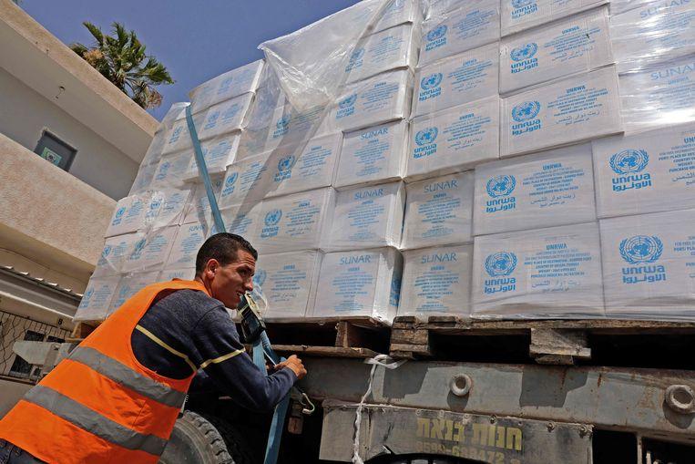 Israël heeft de grenzen in het zuiden en noorden van Gaza tijdelijk geopend om voedsel, medicijnen, drinkwater en benzine door te laten. Beeld AFP