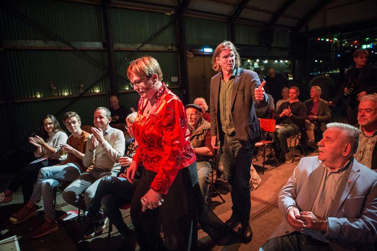 De twee kandidaat-voorzitters presenteren zich aan de Amsterdamse SP-leden. Jannie Visscher, die de zegen heeft van het partijbestuur, neemt het op tegen Patrick van Lunteren. Beeld Arie Kievit