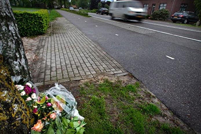 Bloemen langs de weg in Meijel waar de drie doden vielen.