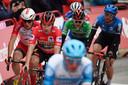Roglic (in de rode trui) komt over de finish, met vlak achter hem rivaal Carapaz (in de groene trui).