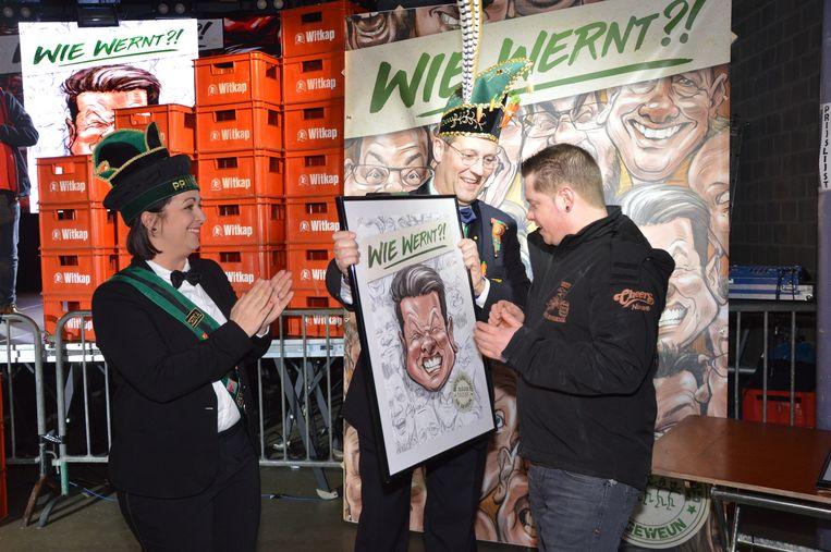 Jenske Pita van 'Osta spoedja' ontvangt zijn karikatuur van prins Chena en Karnavalraadvoorzitter Pascal Carael.