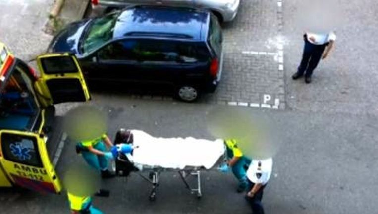 De zwaargewonde Udenhout wordt door de ambulance afgevoerd. Beeld 1Vandaag
