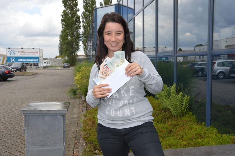 Ilse Himschoot verstopt cash geld op verschillende plaatsen in het land.