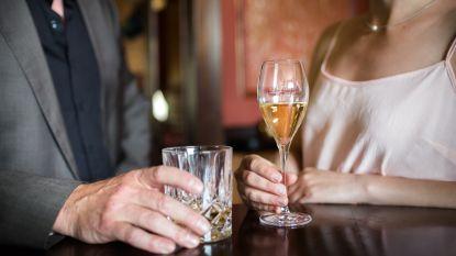 Louise heeft het allemaal, maar dan laat echtgenoot haar na 20 jaar huwelijk zitten. Als ze door hun bankrekeningen gaat, ontdekt ze zijn geheim