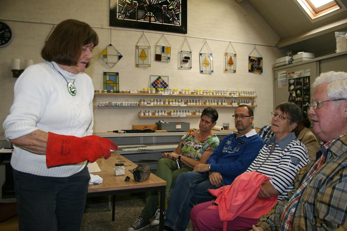 Marij Vermeulen verzorgde vandaag de allerlaatste workshop van het Museum voor Vlakglas- en Emaillekunst in Ravenstein.