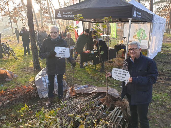 Gedeputeerde Jan De Haes en burgemeester Kris Van Dijck bij de bomen.