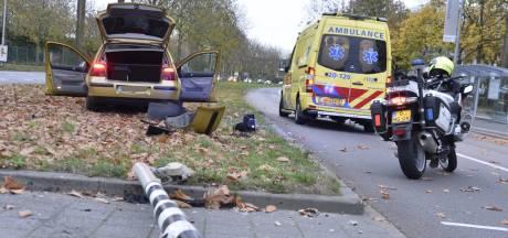 Auto's botsen tegen elkaar in Breda, bestuurder met onbekend letsel naar ziekenhuis