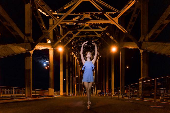 Ballerina Floor de Graaf gefotografeerd door Robert van Grinsven op de nachtelijke Waalbrug in Nijmegen.