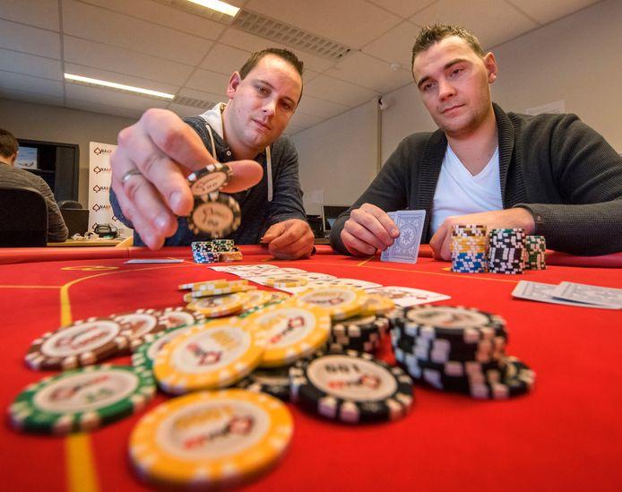 Toernooidirecteuren Evert-Jan van IJzendoorn (l) en Mathijs Jonkers aan de pokertafel: ,,Rekenen en kennis van wiskunde is belangrijk, maar ook de houding aan tafel''.