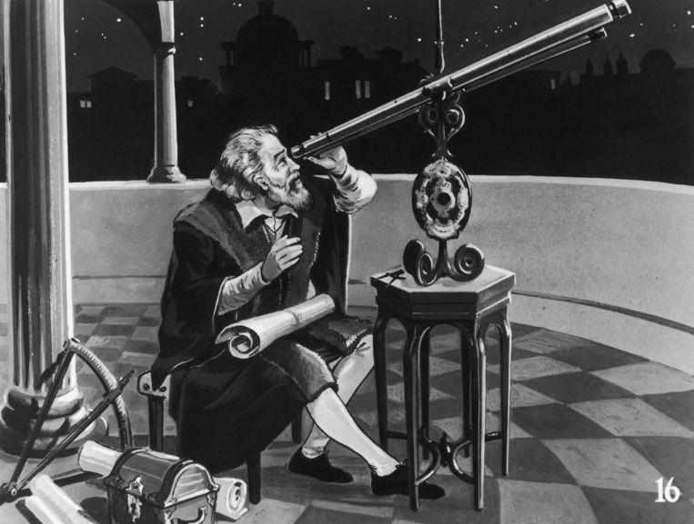 De Italiaanse natuur- en sterrenkundige Galileo Galilei (1564 - 1642) met zijn telescoop, circa 1620. Beeld Getty
