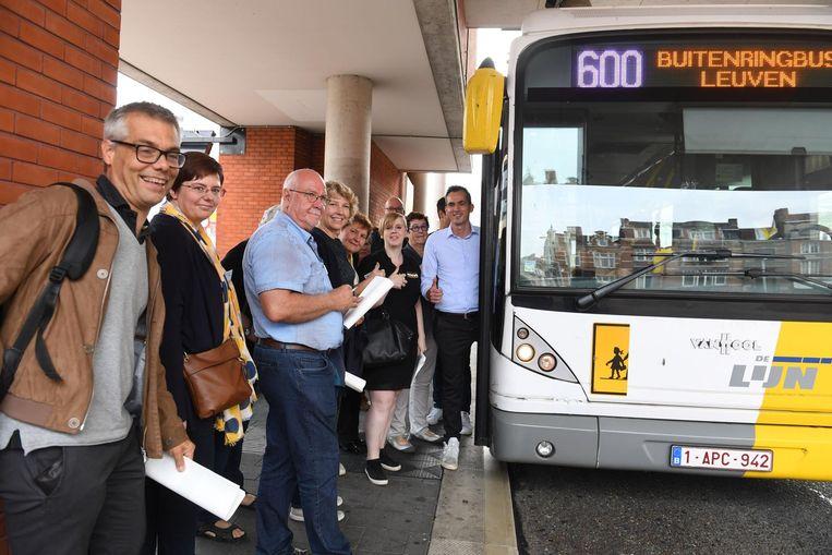 De leden van N-VA Leuven nemen de Buitenringbus.