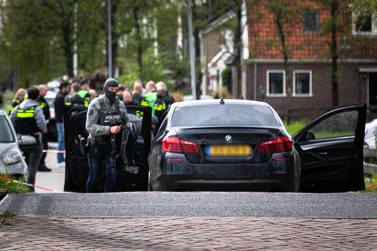 Hulpdiensten nabij het weiland in Broek in Waterland, waar de politie-achtervolging eindigde.  Beeld ANP