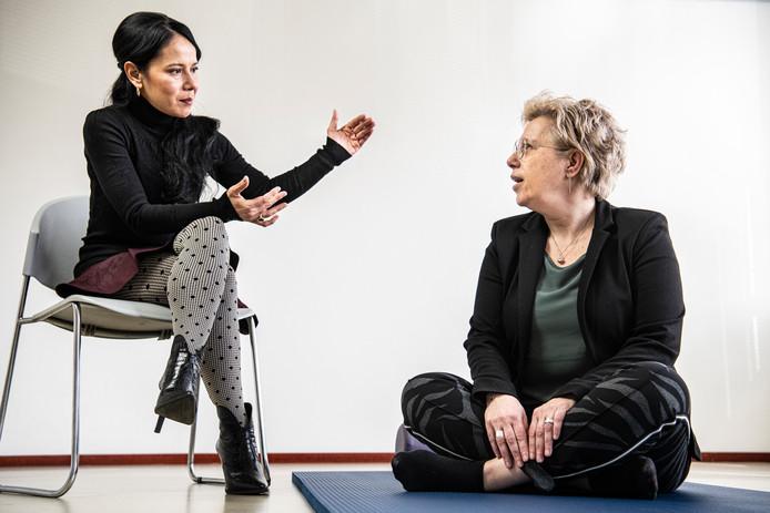 Nederland,Hoensbroek 12-02  -2020  Revalidatiecentrum  Adelante , arts  Rilana Cima (links) met patiënt Susanne Laurs.