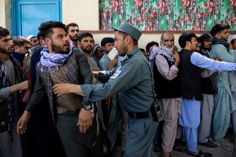 Kaboel op zaterdag: burgers staan in de rij om hun reisdocumenten op te vragen zodat ze zo nodig snel kunnen vertrekken.  Beeld Getty Images