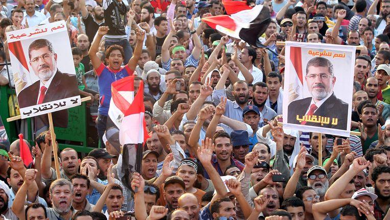 Morsi-aanhangers protesteren bij de Rabaa al-Adawiya moskee. Beeld epa