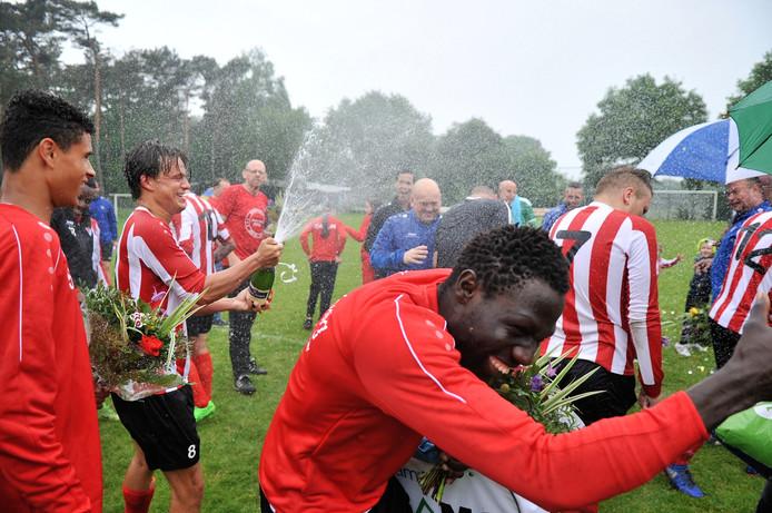Champagne en bloemen voor kampioen Arnhemse Boys.