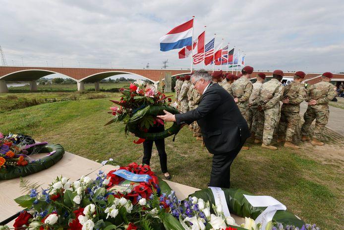 Burgemeester Hubert Bruls legt een boeket neer bij het monument aan de Oosterhoutsedijk