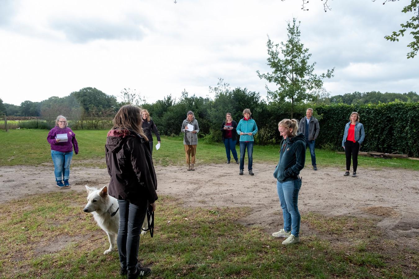 De observatie-opdracht: studenten leren de hond 'lezen'.