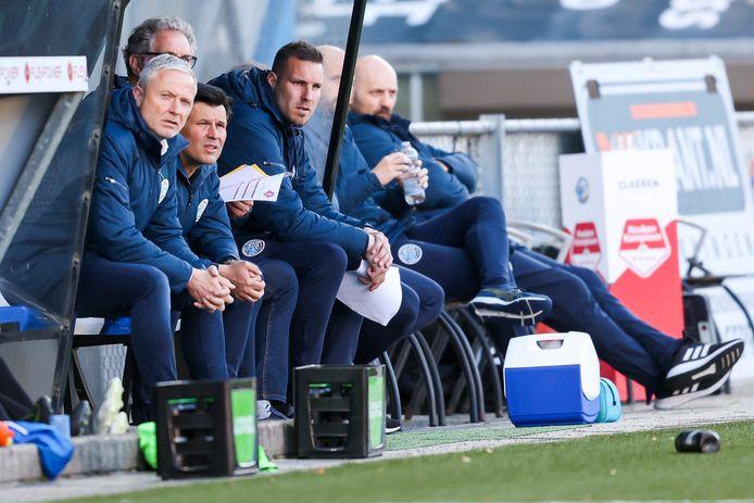 Jack de Gier, hier op de voorgrond in de dug-out tijdens de wedstrijd van vrijdagavond tegen Telstar, is ook volgend seizoen trainer van FC Den Bosch.  FC Den Bosch trainer / coach Jack de Gier (l)   during the match  Den Bosch - Telstar
