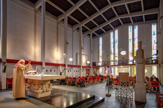 Dienst in de spaarzaam gevulde kapel van klooster Notre Dame