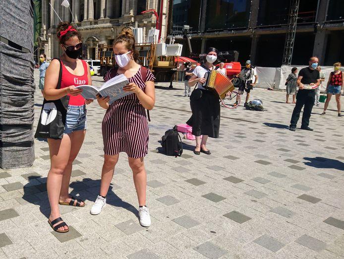 Deze kunstenaars staan uit protest stil op het Operaplein.