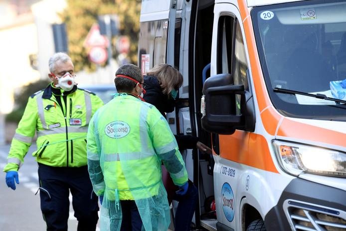 Patiente emmenée en ambulance, samedi à Casalpusterlengo, en Lombardie