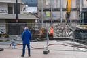 De slopers moeten uiterst omzichtig te werk gaan, ziet ook het publiek dat zich zo nu en dan bij de bouwhekken verzamelt.
