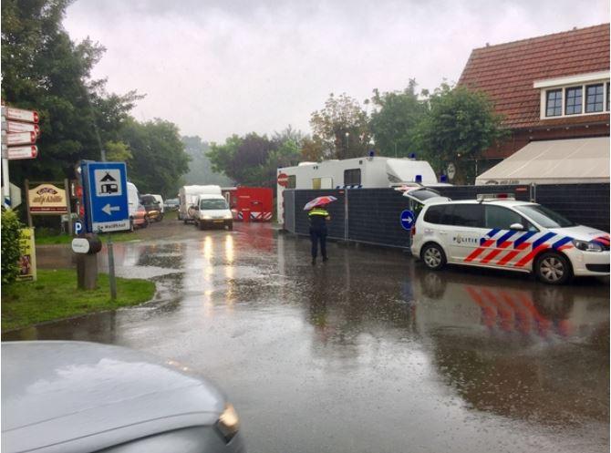 Vertrekkende gasten van café De Molenhof daags na de dodelijke steekpartij in Reutum.