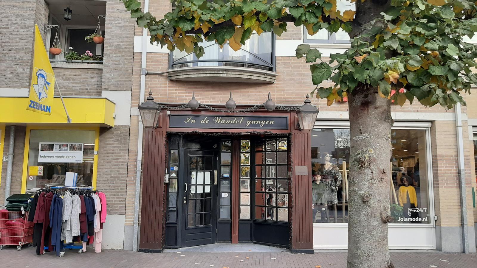 café  In de Wandelgangen, pal naast het gemeentehuis in Zundert. Eigenaar Peter Hereijgers heeft spijt van het illegale feest. ,,Ze hadden al betaald en wilden zo graag.''
