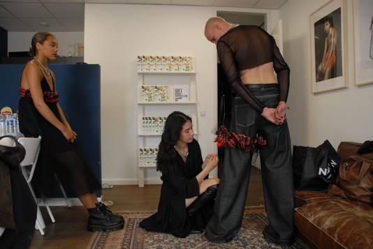 Emily Susana Schmitt (midden) is bezig om haar modellen Eric Teunissen en Adriana Kolff tiptop in orde te maken voor de video-opnames van King's Fashion die binnenkort via verscheidene social media wereldkundig worden gemaakt.