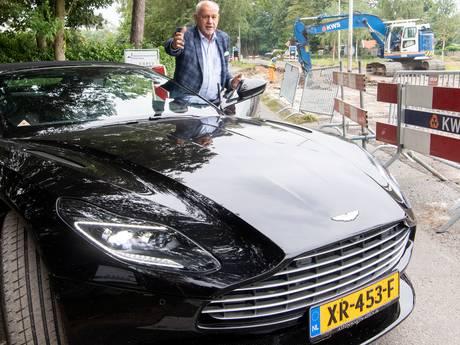 Ton (77) moet maanden met zijn Aston Martin over zandpad hobbelen: 'Waarom geen noodweggetje aangelegd?'