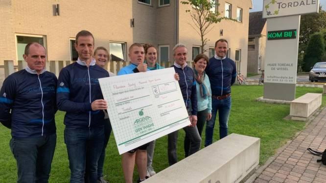 Fietsclub Flandria Sportief eert overleden renner Bjarne Vanacker met cheque voor goede doelen