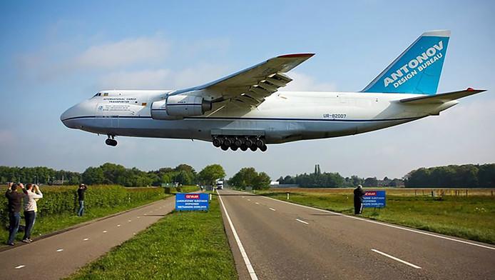 De Antonov vlak boven de weg bij vliegbasis Gilze-Rijen Foto Jimmy van Drunen