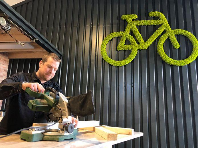 Dirk Leijten uit Berkel-Enschot is aan het werk om zijn nieuwe fietsenzaak begin maart te kunnen openen