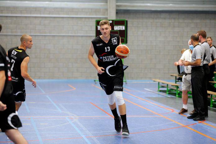 Rik Van den Berghe aan de bal.